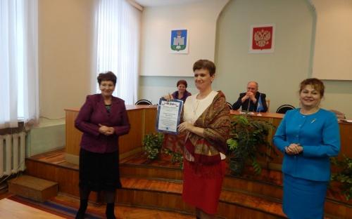 Награждение социального партнера  Е.В. Саковской, директора МБОУ Бунинская СОШ