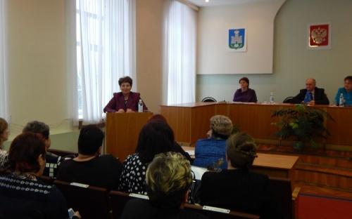 Н.М. Перелыгина, председатель обкома Профсоюза, выступает на расширенном заседании районного Совета