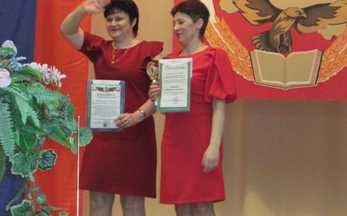 Л.М. Гриценко и Н.А. Смирнова - передача переходящего кубка лучшему председателю 2017 год
